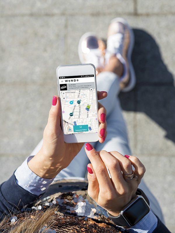 app mobilidad wondo en madrid usuaria con móvil
