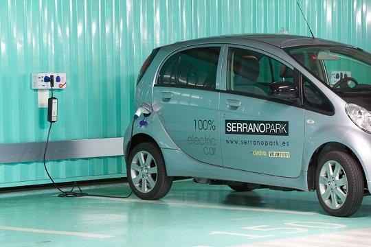 Serranopark: Detalle del parking preparado para vehículos eléctricos
