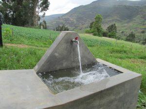 Fuente con agua proyecto social en Perú de Plan y Ferrovial