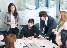 Equipo de Ferrovial trabajando transformación digital e innovación