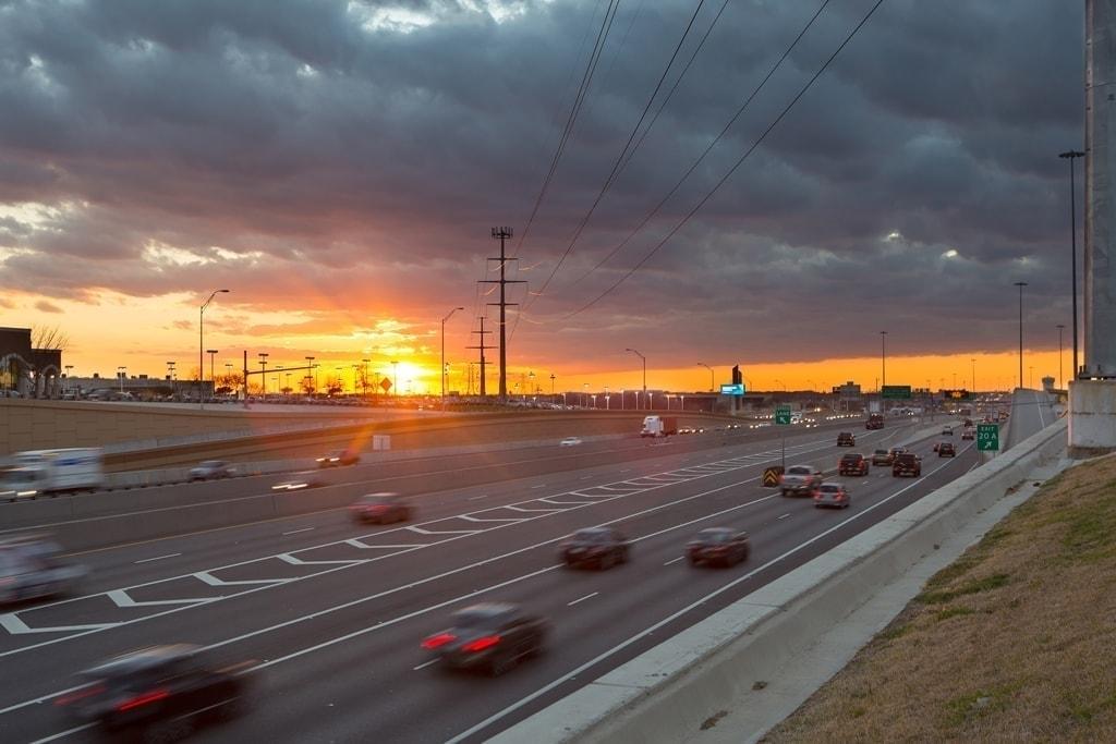 atardecer en la autopista north tarrant express en Texas por Ferrovial
