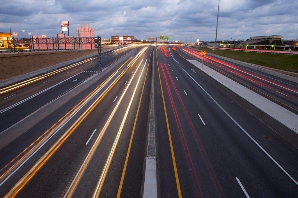anochecer en la autopista north tarrant express en Texas por Ferrovial