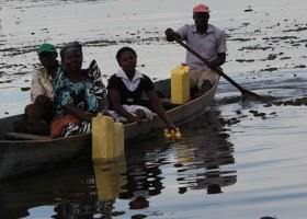 buyende uganda agua sobre la cabeza mujeres