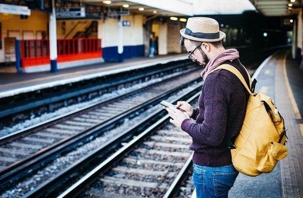 La era digital- hombre usando su smartphone