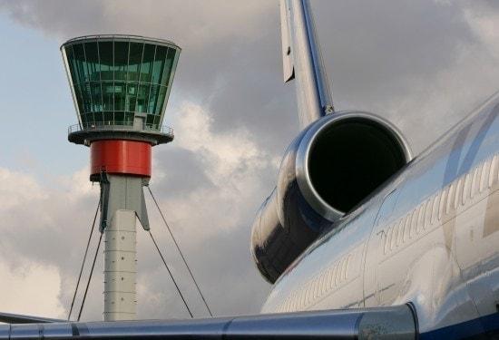 Una torre de contol en t5 en el aeropuerto London Heathrow