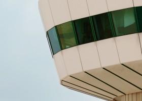 Un torre de control y avion