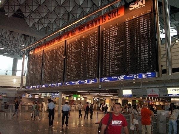 panel de información en el aeropuerto de frankfurt alemania