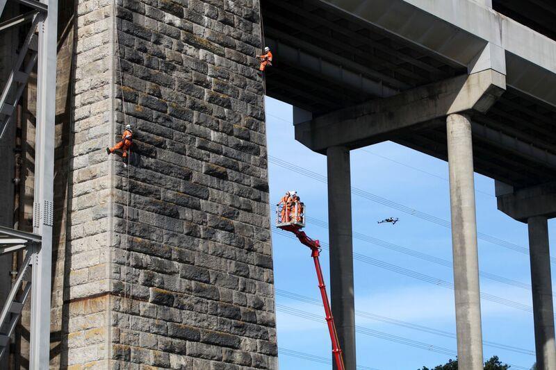 Inspeccion de puentes con drones obreros