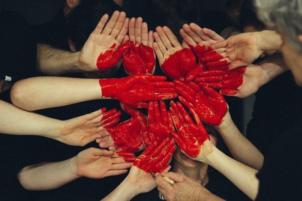 corazón hecho con manos era de la conectividad
