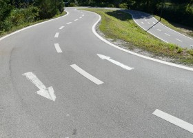 marcas viales lineas carreteras pintadas flechas