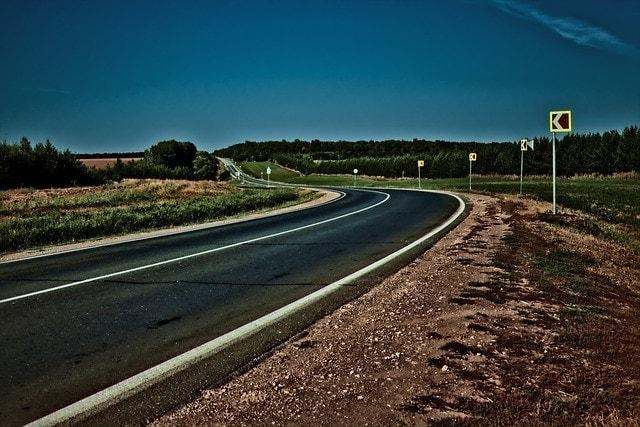 carretera de noche marcas viales pintadas