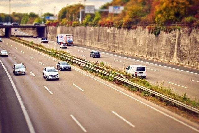 autopista con coches líneas pintadas