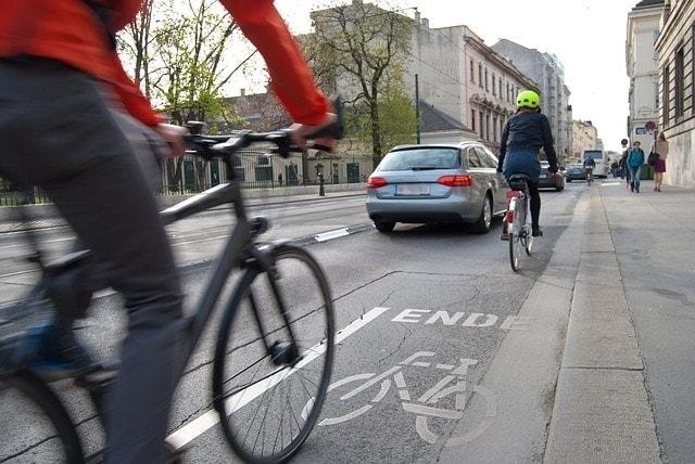 ciclistas en carril marcas viales carretera