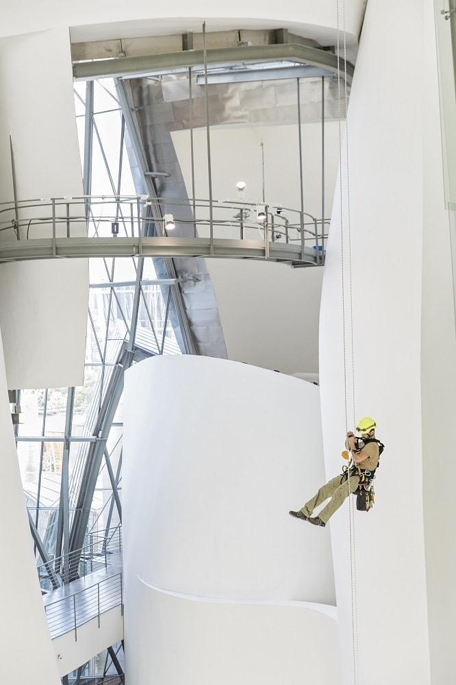 escaladores que limpian y mantenienen museo guggenheim de bilbao