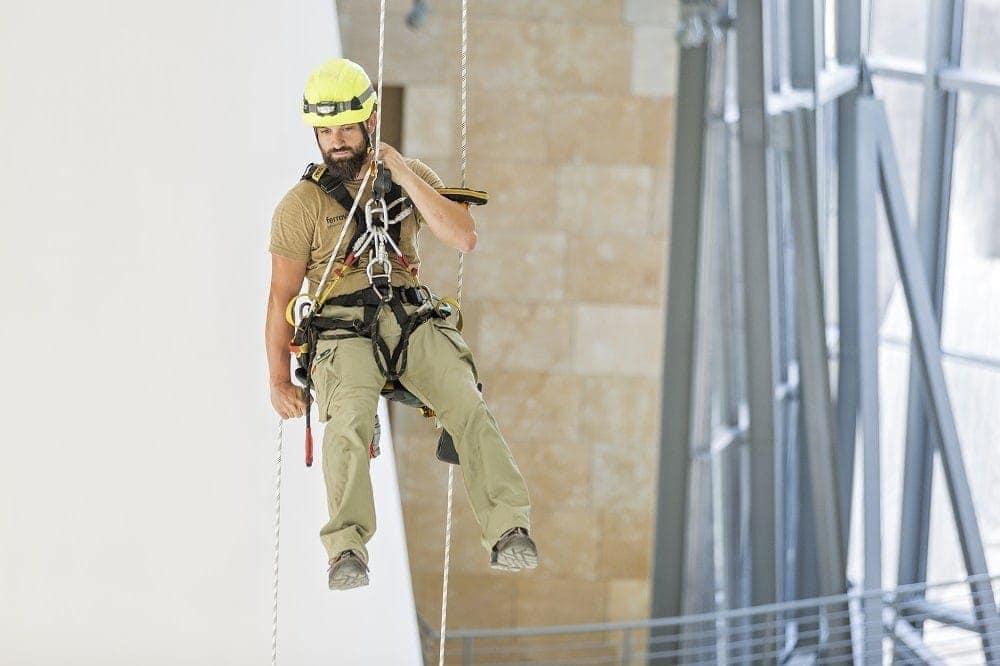 alpinistas limpieza de vidrios mantenimiento museo guggenheim bilbao