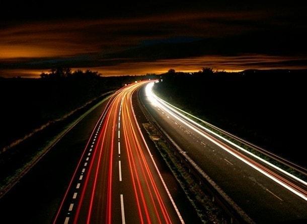 Foto que muestra el tráfico interurbano a velocidad rápida