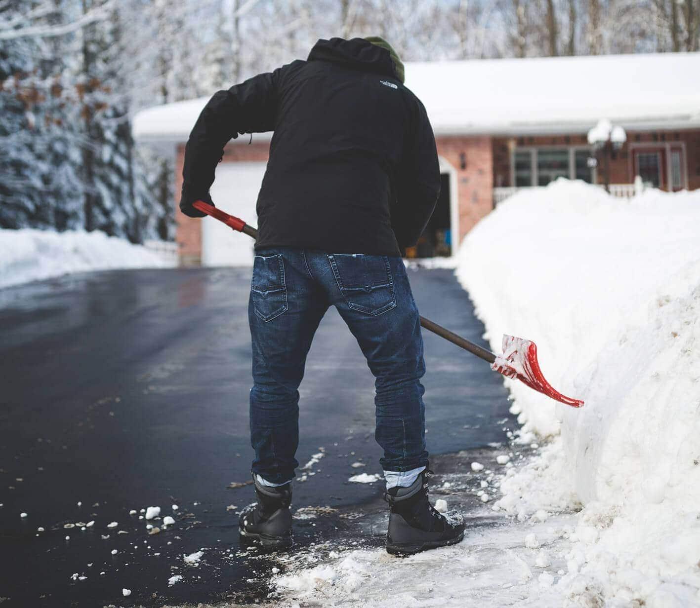 Hombre quitando nieve de las carreteras
