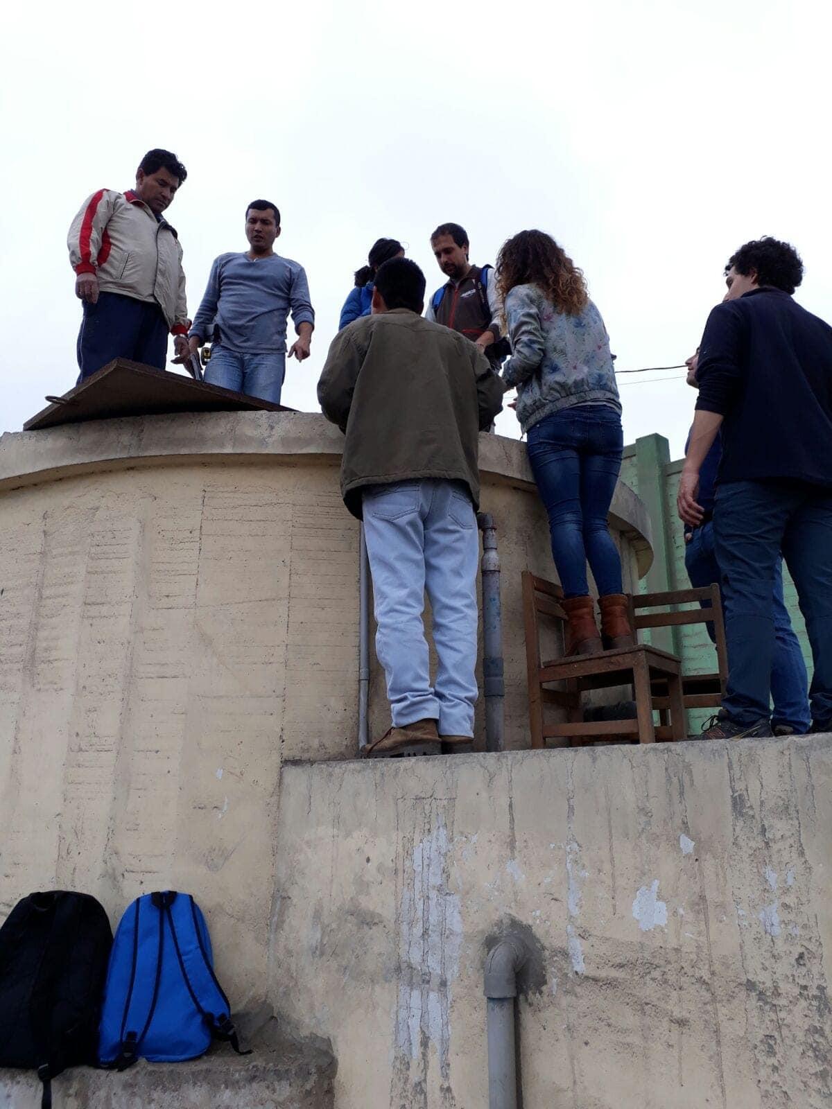 Llevando agua potable en Perú