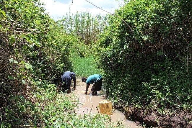 acceso agua potable distrito de buyende uganda buscando agua