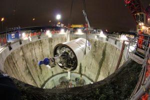 Imagen del descenso de una tuneladora bajo tierra