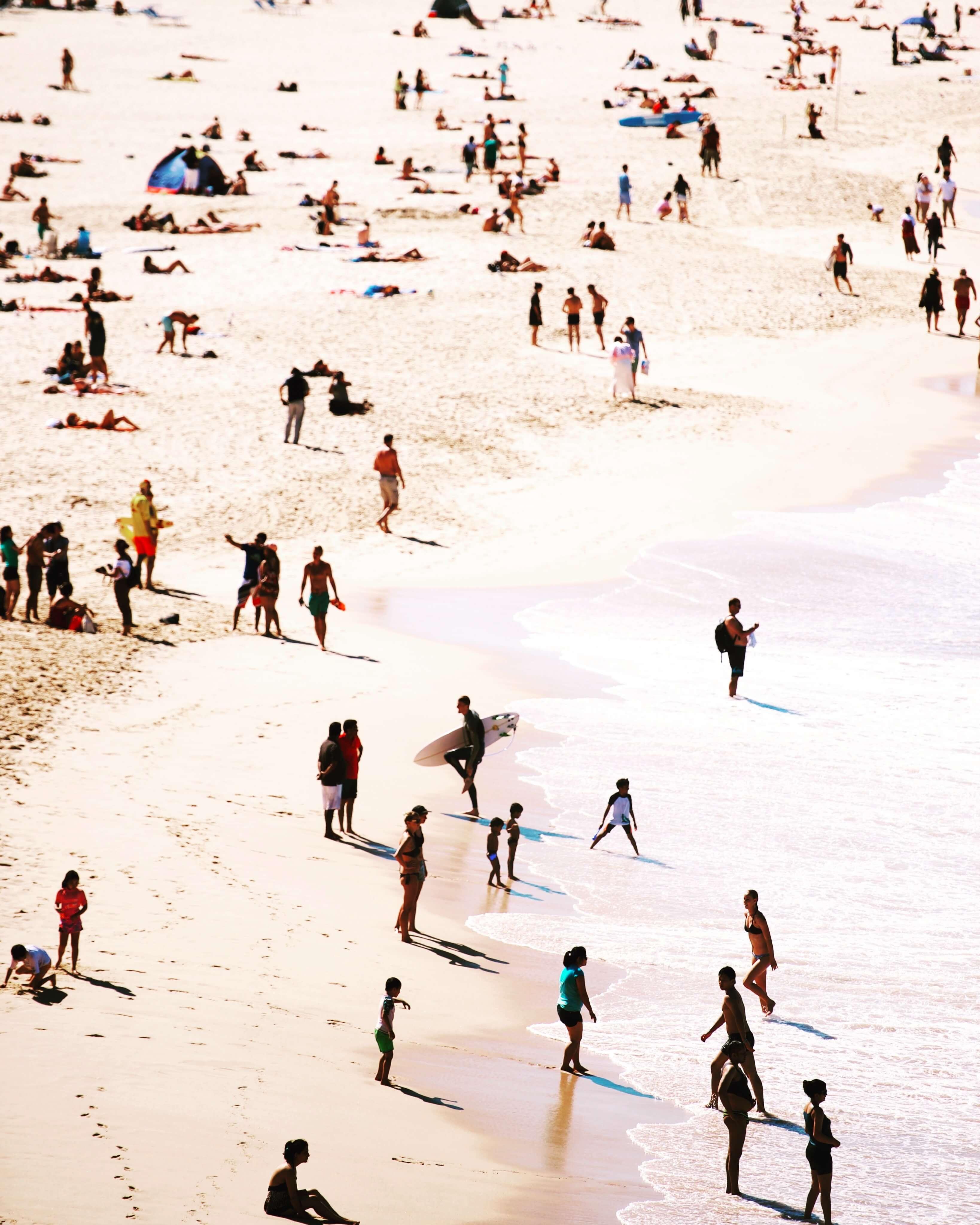 Imagen de una playa australiana muy frecuentada por jóvenes, habitantes locales, estilo de vida