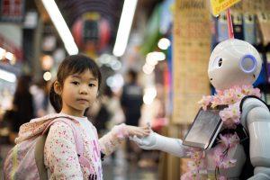 Robot humanoide y una niña