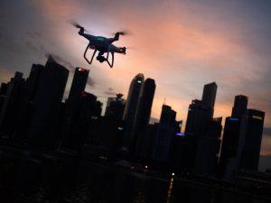 un dron sobrevolando una ciudad al atardecer