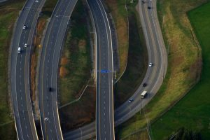 autopista sobre un puente sobre otra carretera