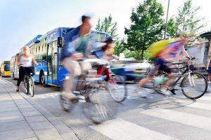 ciclistas yendo por un carril bici en la ciudad