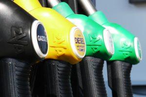 Tres tipos de pistolas de combustible. Cada una corresponde a gasolina, diesel y gas