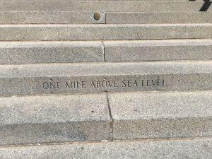 """escaleras de piedra con una frase escrita de """"a una milla sobre el nivel del mar"""""""