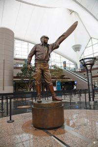 estatua de piloto en aeropuerto de denver