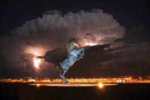 estatua de caballo mustang en el aeropuerto de Denver