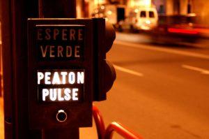 Dispositivo para peatones donde deben pulsar un botón y esperar verde para cruzar