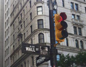 Semáforo en rojo sobre la wall street