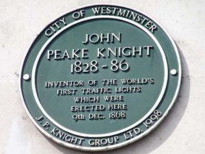 Insignia circular en honor a John Peake Knight quien fue el inventor del primer semáforo