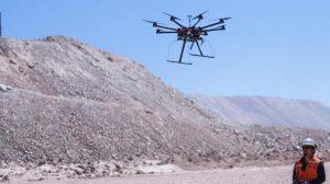 Dron volando, controlado por un ingeniero para instalar cables reduciendo el riesgo en seguridad