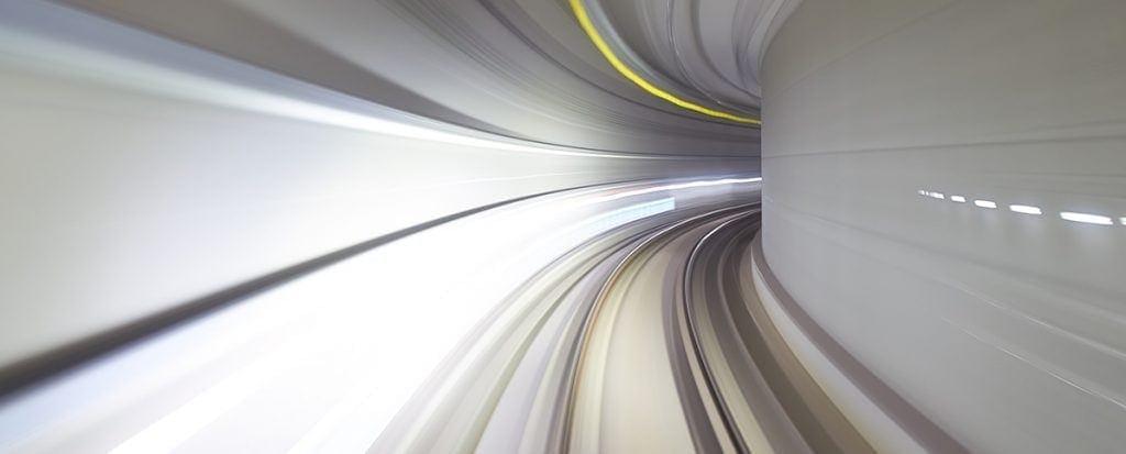Vista desde el interior del tren autónomo en Suwon, Korea del sur en el subterráneo