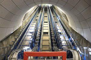 Escaleras de subsuelo del metro