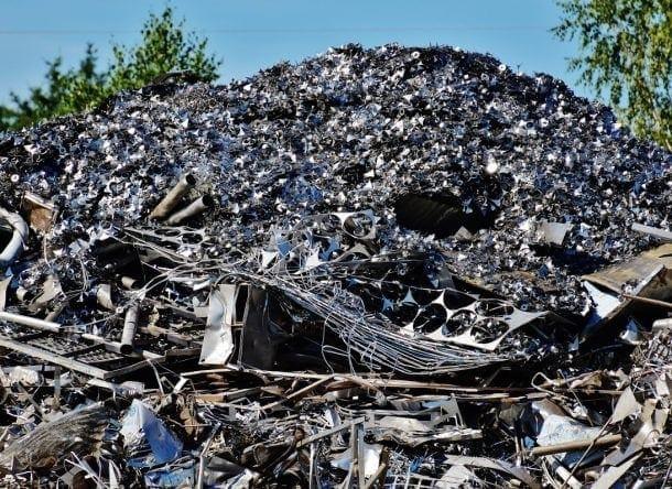 montaña de residuos apilados