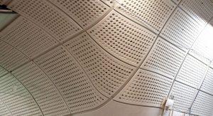 Tótems informativos y paneles a medida para las suaves curvas de las estaciones