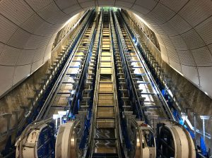 Las gigantescas escaleras mecánicas de Farringdon, todavía en plena instalación