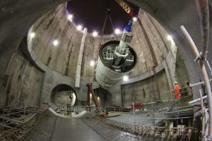 Una de las tuneladoras (TBM) de Crossrail bajando bajo tierra