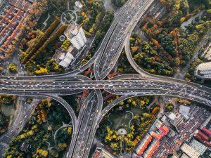 Varias conexiones de carreteras desde una vista aérea