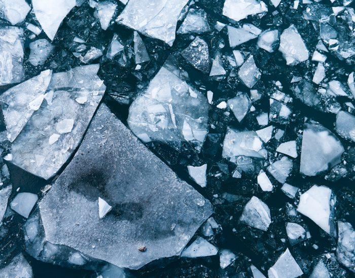 Imagen de una placa de hielo rota en pedazos