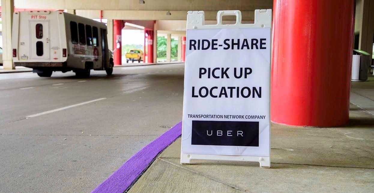 Parada de clientes de Uber en el aeropuerto