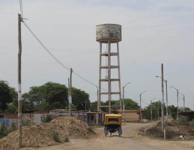 Demolición de un tanque elevado para el Programa de Infraestructuras Solidarias de Ferrovial