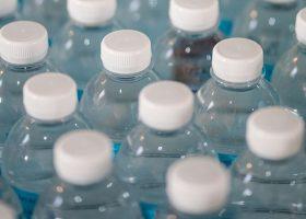 Imagen con un montón de botellas de agua de plástico