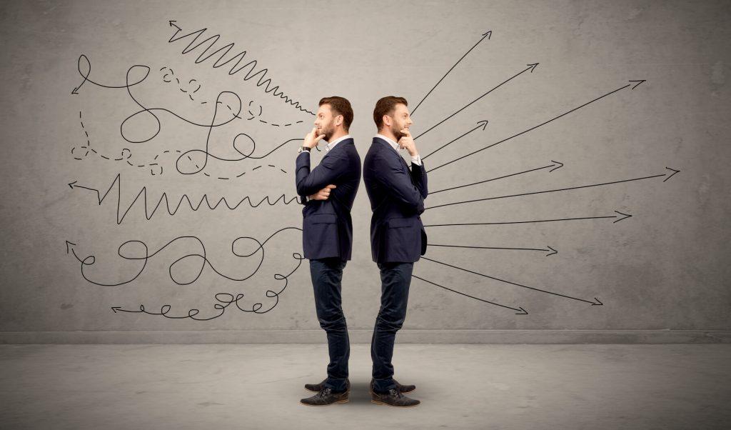 Imagen de la misma persona dos veces apoyando espalda con espalda, uno ve lineas rectas el otro curvadas simulando decisiones e ideas diferentes