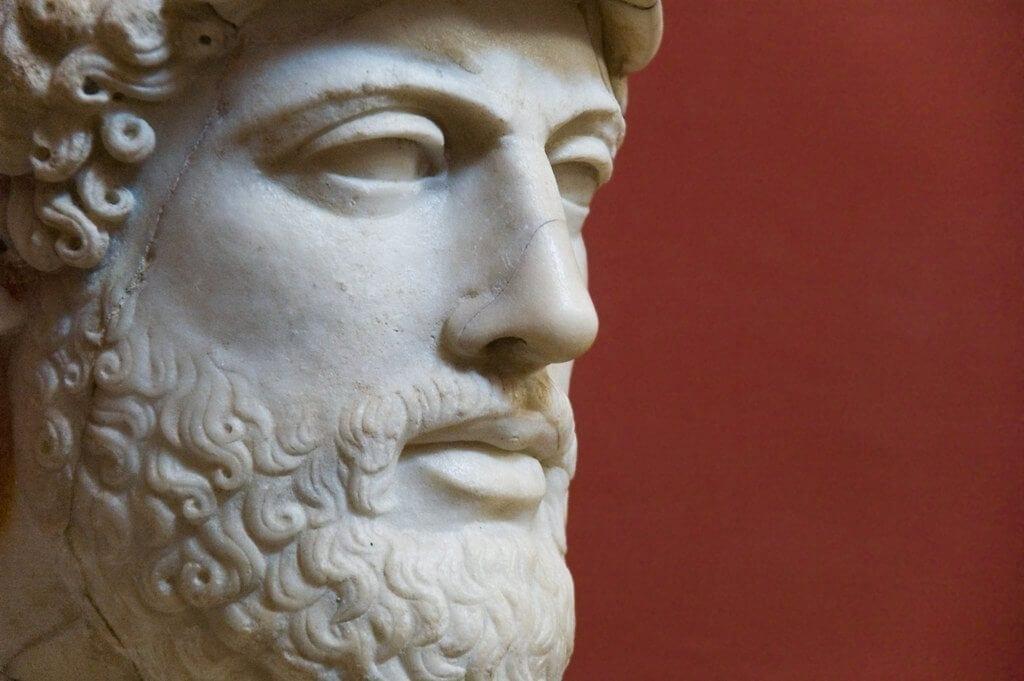 Imagen de una escultura que representa el rostro de platon